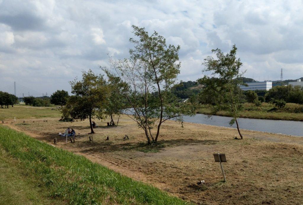 河原でテントを張る人たち